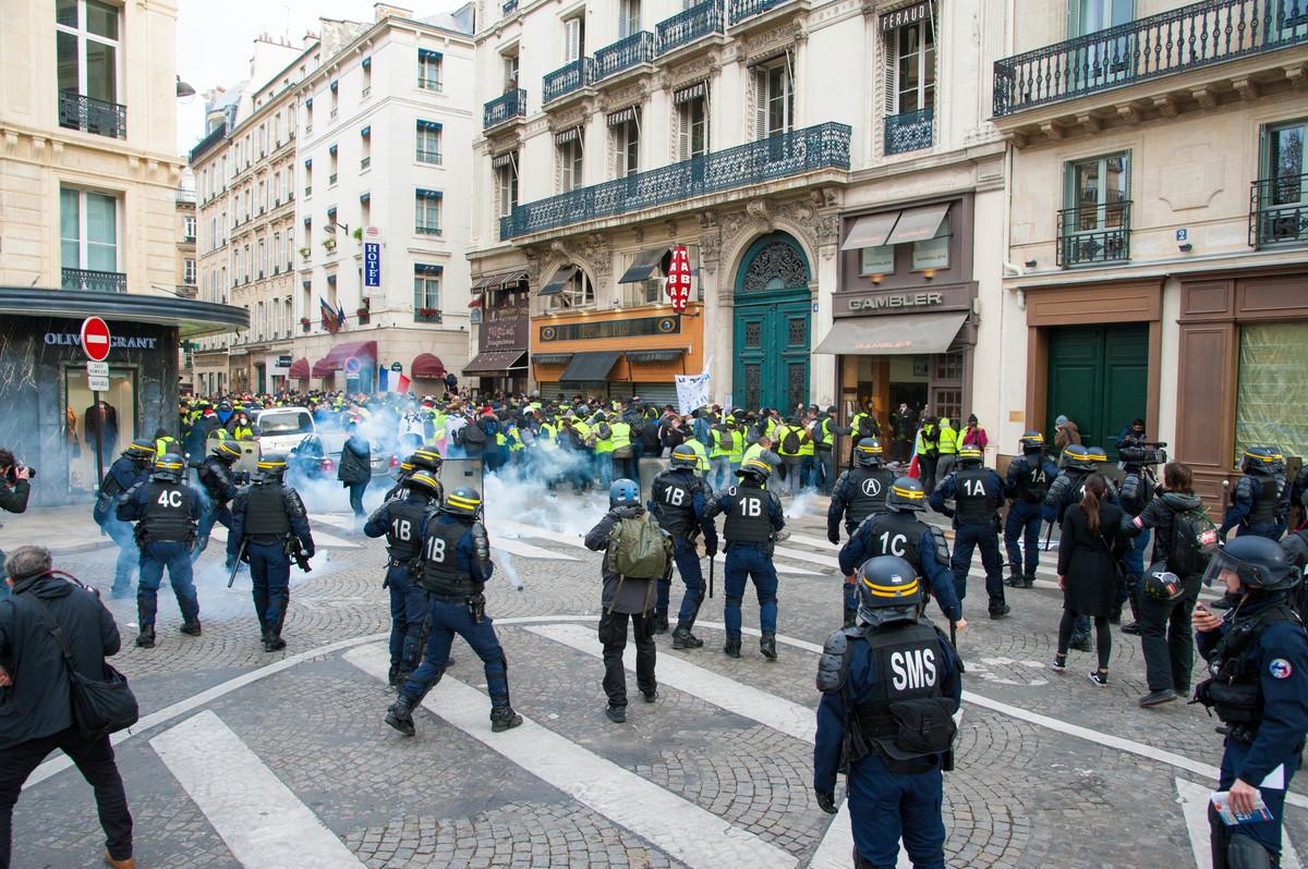 En arrivant près de la Madeleine, les manifestants tombent sur un petit cordon de CRS qui les bloque. Sans doute inquiets, les policiers arrosent la foule de gaz lacrymogènes et de grenades. Les medics compteront au moins cinq blessés. - © Reflets