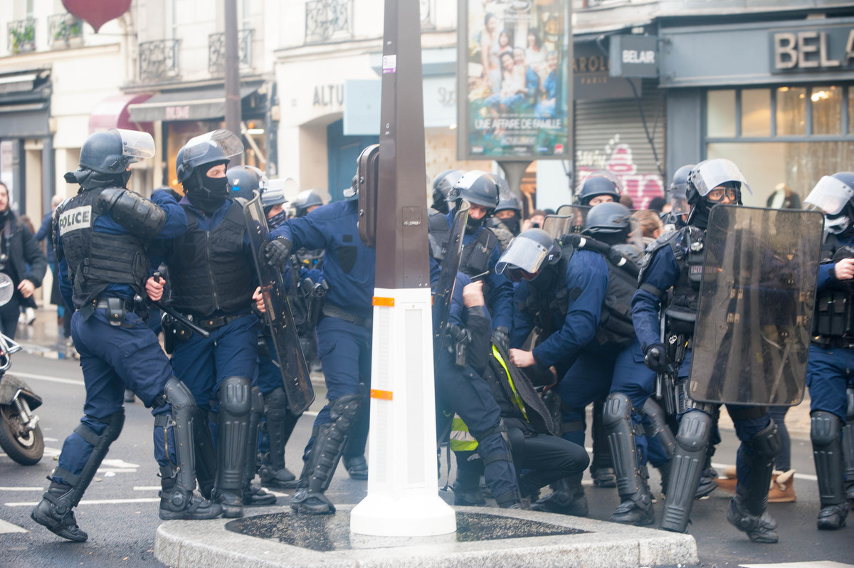 Petit tabassage d'un manifestant et de sa femme à l'approche de la Bastille - © Reflets