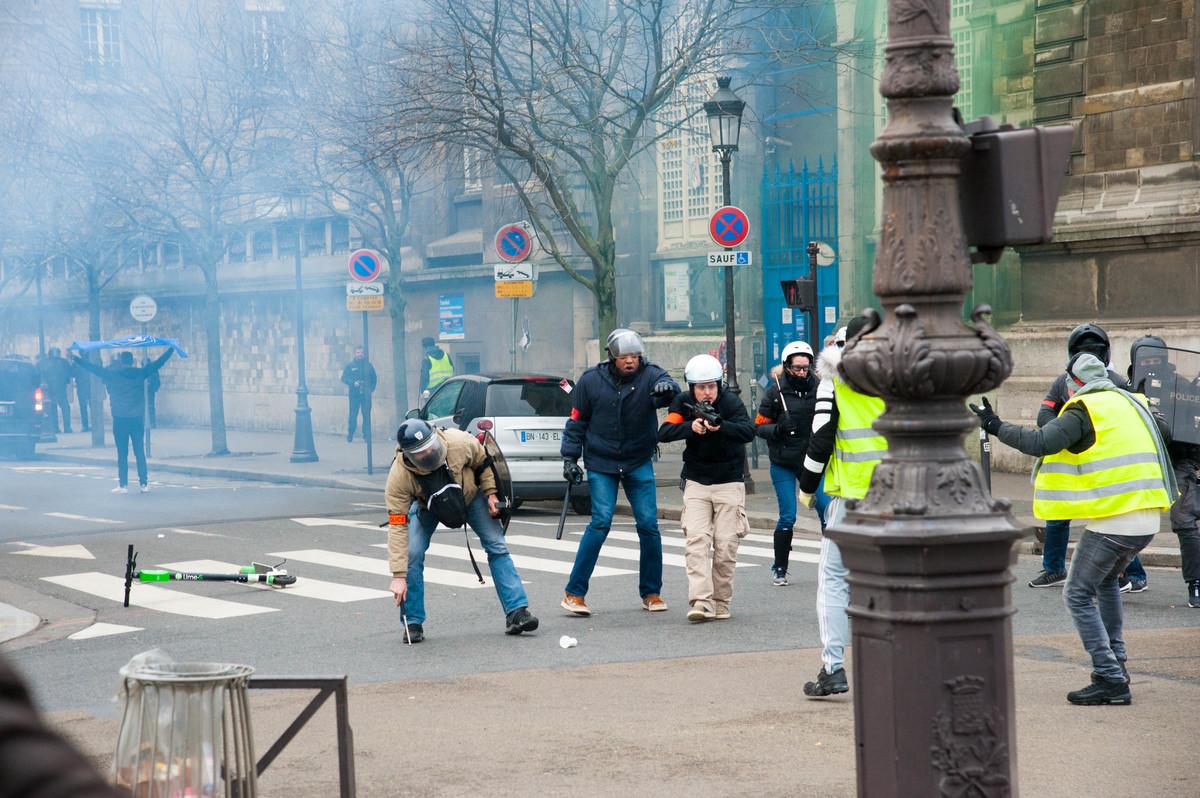 Sur le pont, la situation est très tendue. Un manifestant tente de raisonner un policier qui le met en joue à quelques mètres de distance. - © Reflets