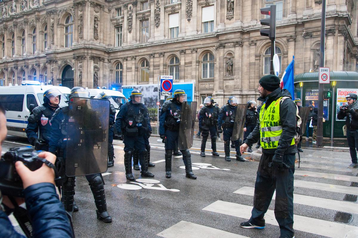 Comme souvent, les manifestants tentent de raisonner la police et de la rallier à leur cause. Peine perdue. - © Reflets