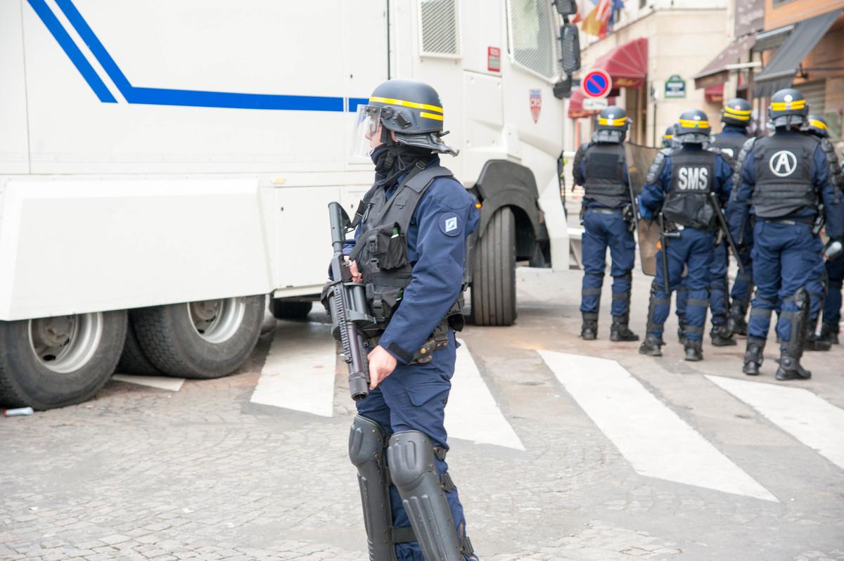 Peu après la pluie de gaz et de grenades, le canon à eau s'engage dans la rue. - © Reflets