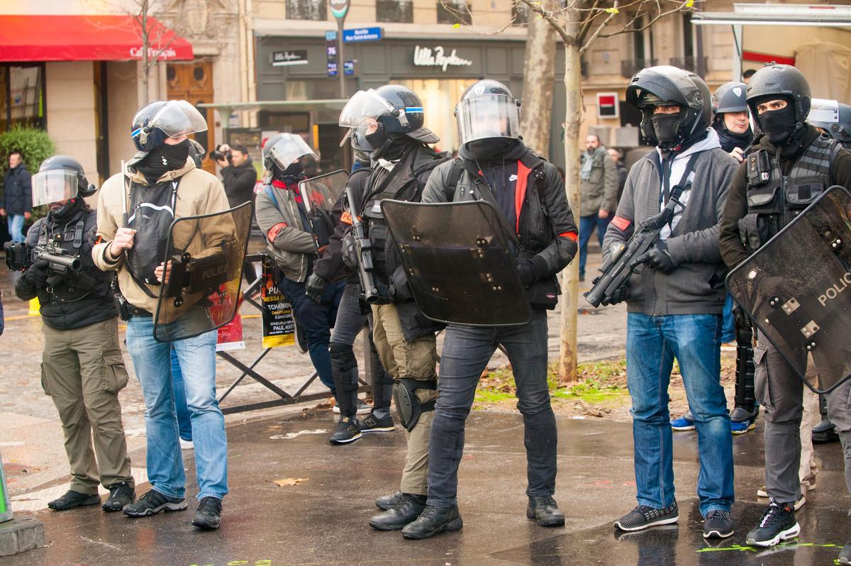 Plus on approche de la Bastille, plus la présence policière se renforce. - © Reflets