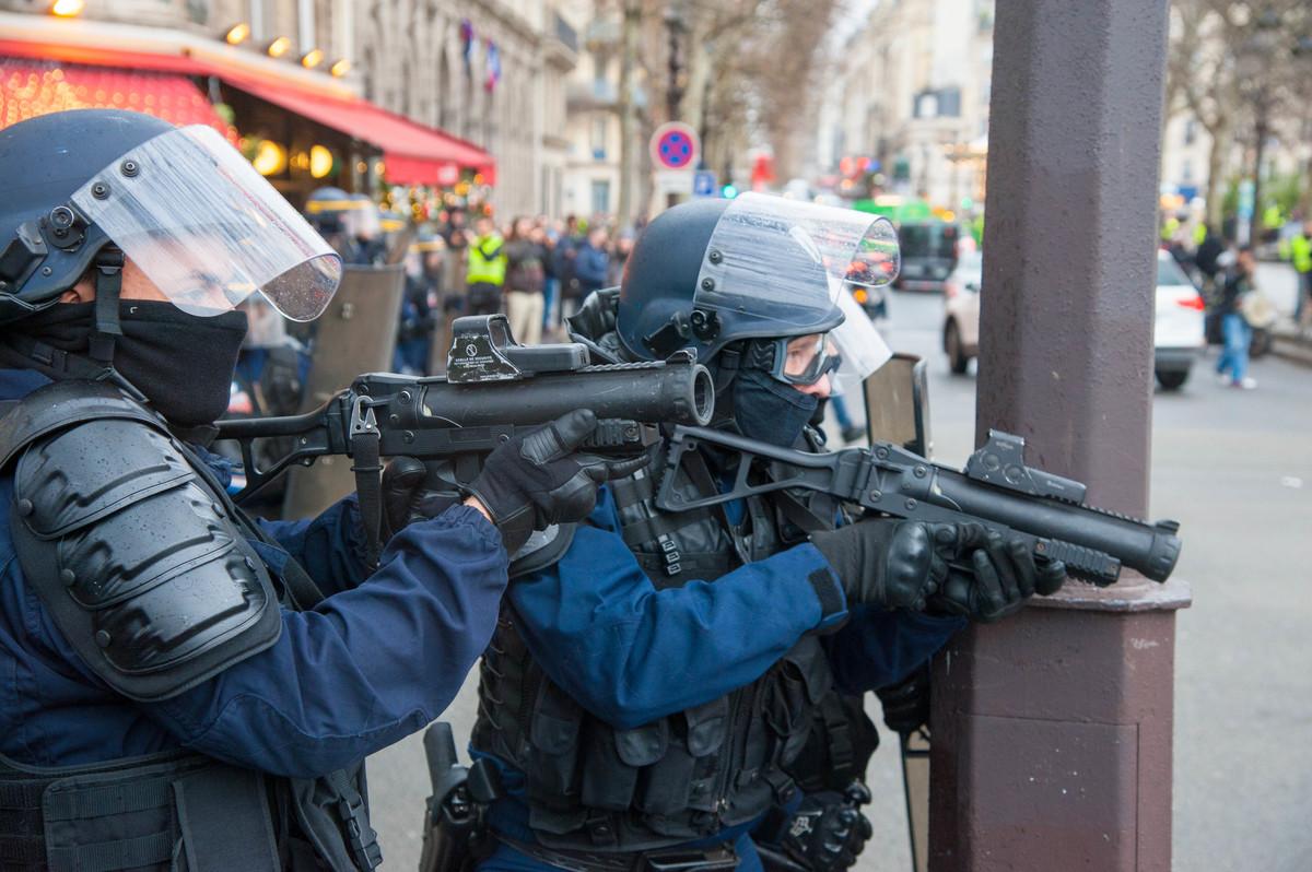 Autour de la mairie, la tension monte soudain avec l'arrivée via les quais, de nombreux policiers. - © Reflets