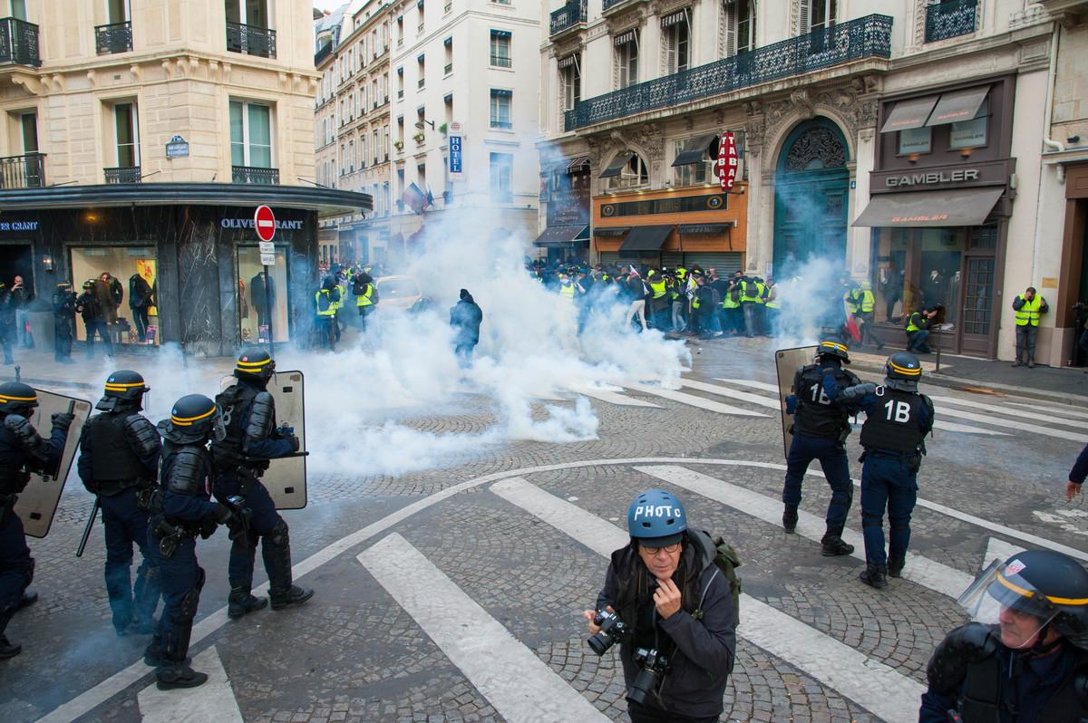 En quelques instants, après plusieurs explosions violentes, la manifestation reflue dans un nuage de gaz. - © Reflets