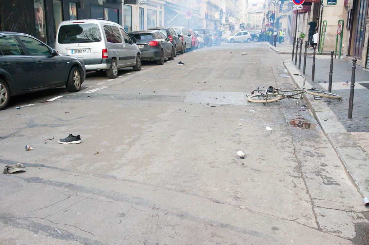 Après dissipation des gaz, il reste deux chaussures, un vélo, une paire de lunettes, une casquette et une flaque de sang. Encore une fois, les manifestants ne présentaient aucun danger pour les forces de l'ordre. - © Reflets