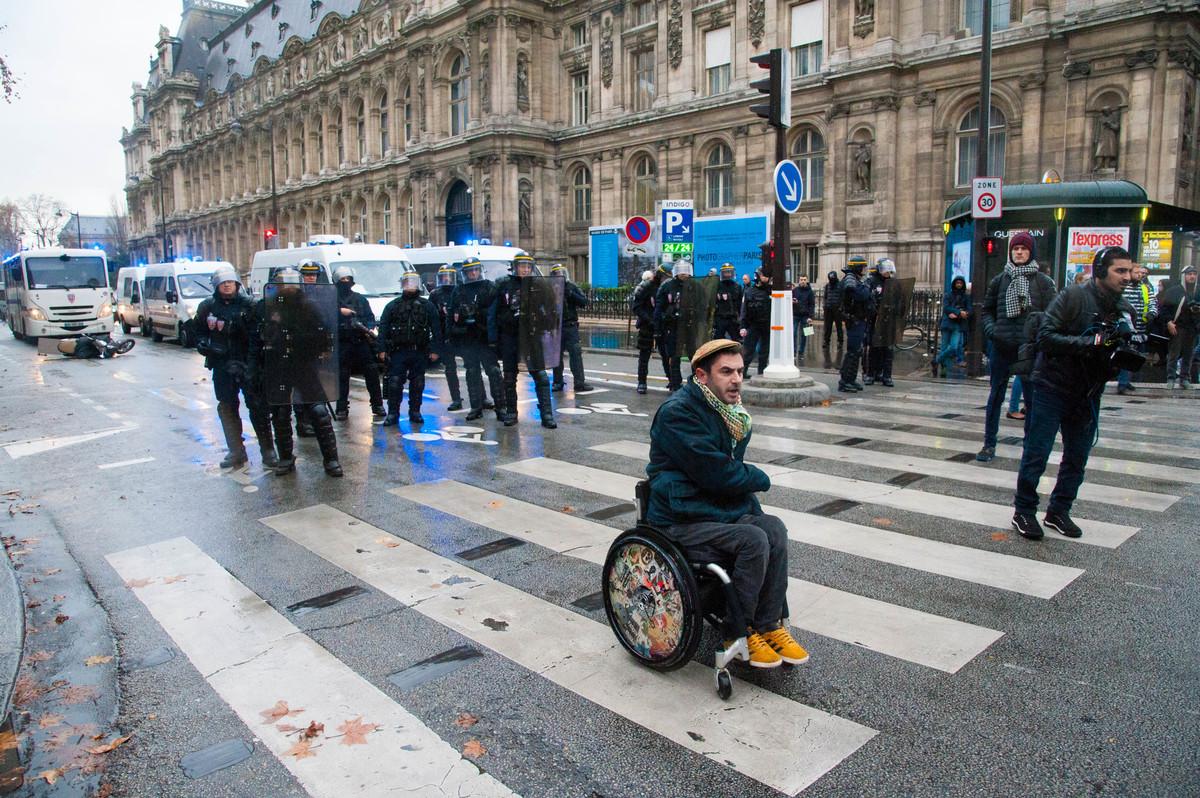 Un manifestant improvise un rap devant la police. La musique adoucit les moeurs ? - © Reflets