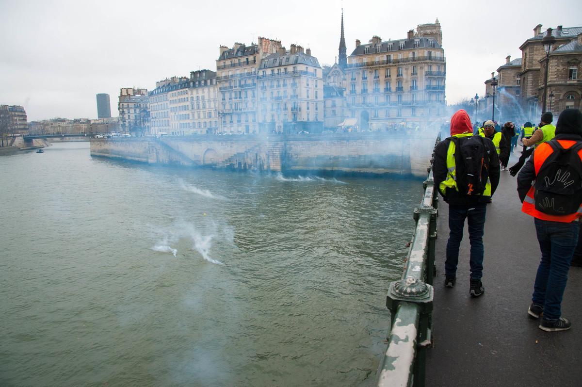 Sous le pont Mirabeau, coule la Seine, et sous le pont d'Arcole, coulent la Seine et les gaz lacrymogènes. - © Reflets