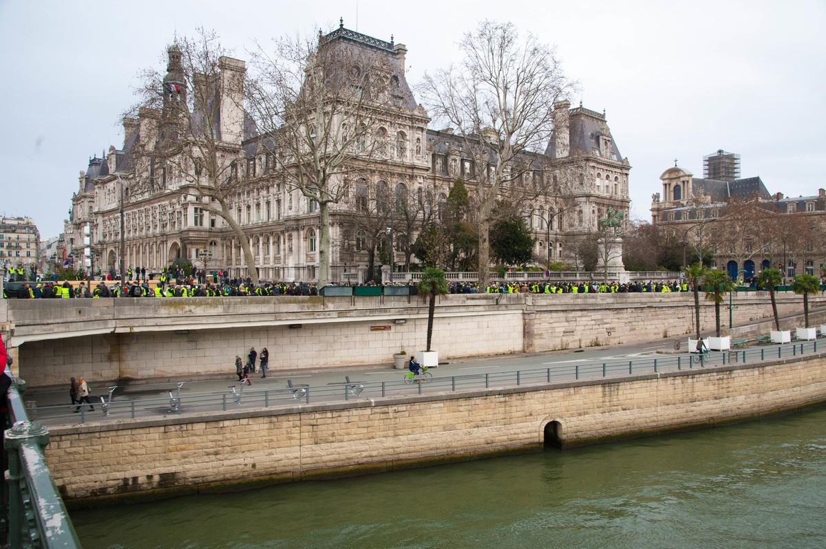 Certains tentent de contourner la mairie. - © Reflets